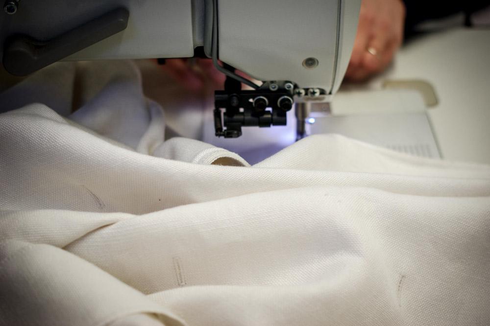 cucito rivestimento divano bianco