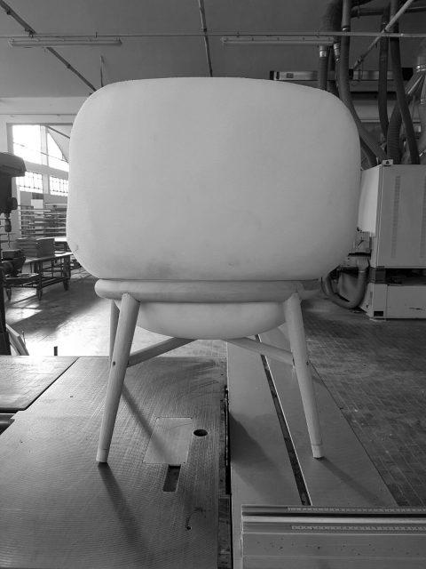 Prototipo poltrona Hanna con struttura in legno